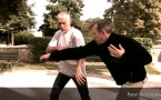 Penchak Silat : Esquive coup de couteau bas, contôle du coude et de la main de l'agresseur pour le blesser à la gorge