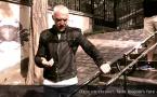 Défense et formation : Dans un escalier, faire face à l'agresseur, bras hauts pour parer les coups de pied, frapper les génitales (version 2) par Jean-Noël Naturel