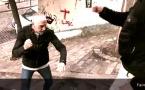 Défense et formation : Dans un escalier, faire face à l'agresseur, bras hauts pour parer les coups de pied, frapper les génitales (version 3) par Jean-Noël Naturel