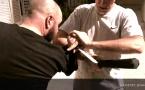 Penchak Silat : Variante pour parer un coup de couteau avec un bâton par Jean-Noël Naturel et Remy Gast