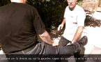 Penchak Silat : Variante 3, parer un coup de pied de face et répliquer aux génitales et rotule par Jean-Noël Naturel et Rémy Gast